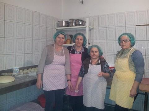 Katër gra të martirëve, përmes një kuzhine të vogël, mirëmbajnë familjet