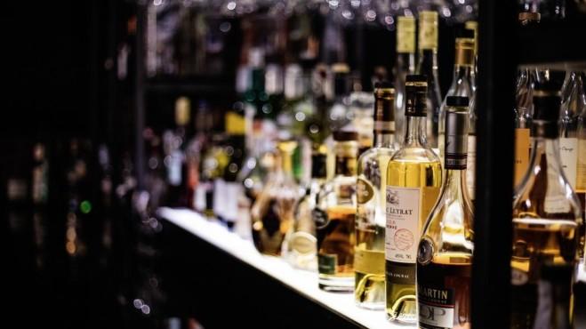Ekspozimi i shtuar i alkoolit tek të rinjtë, po i shton edhe rastet e përdorimit ekseciv