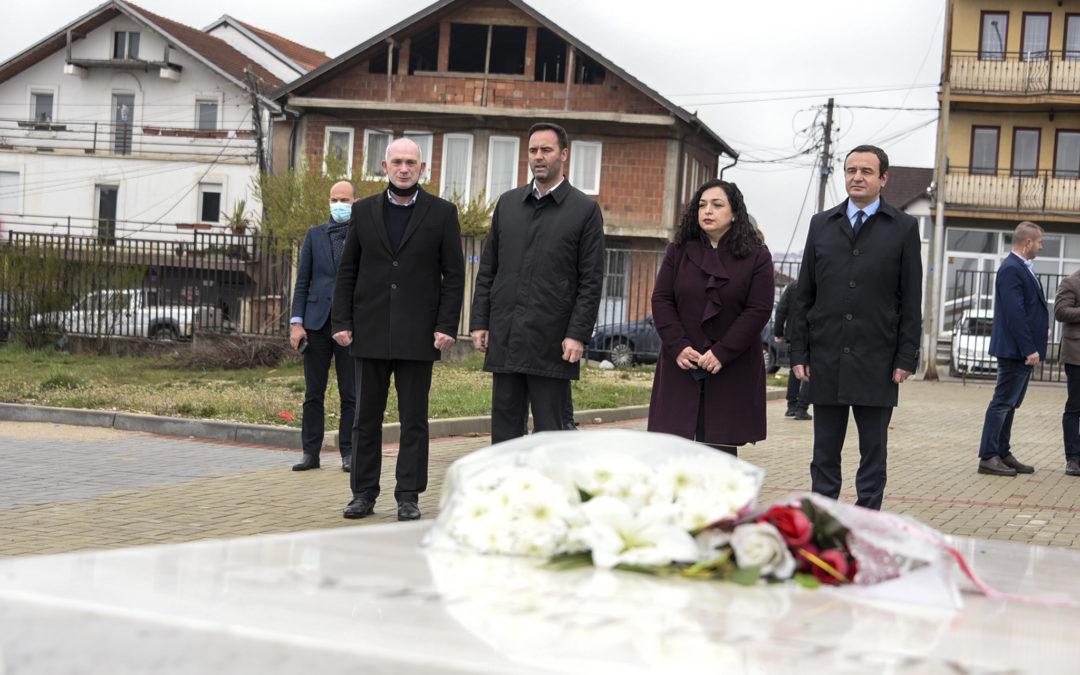 Kryeministri Kurti nderon dëshmorët e Prishtinës