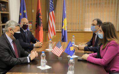 Ambasadori amerikan konfirmon mbështetjen për sektorin e arsimit